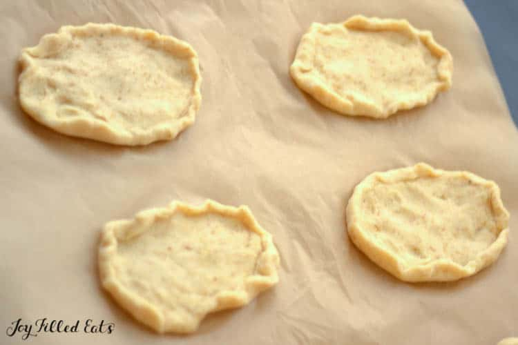 Parchment paper with four crusts in Danish oval Shape