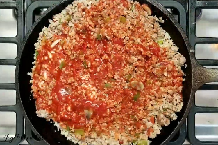 skillet with cooked meat, veggies, and sauce for the meatza pizza